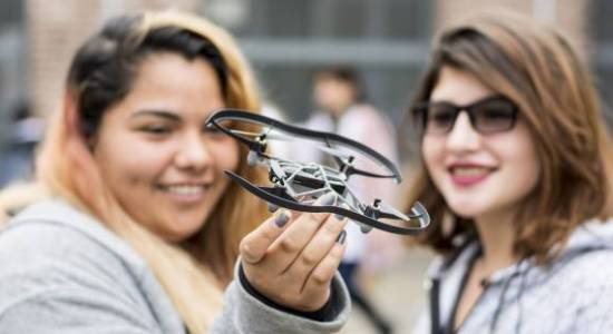 Estudiantes con un dron.