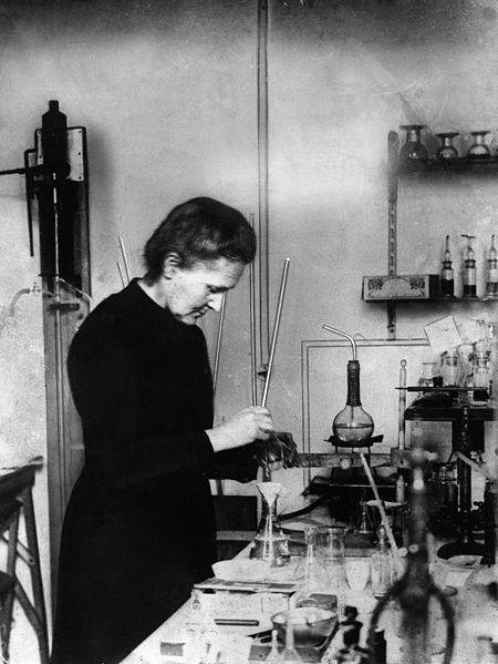 Marie Curie trabajando en el laboratorio