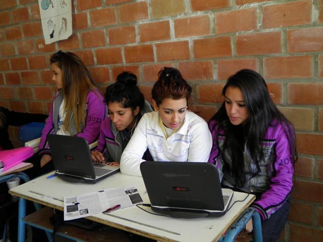 Alumnas con sus netbooks