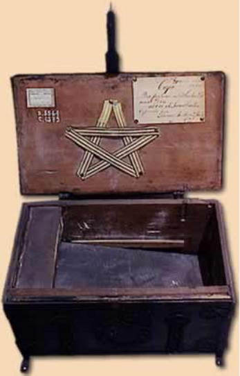 Reproducción a color de una caja que perteneció al general San Martín.