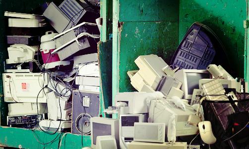 Artefactos electrónicos tirados como basura