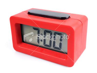 Imagen de reloj digital que indica las 7:00 horas.