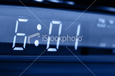 Imagen de reloj digital que indica las 6:01 horas.