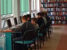 Fotografía de alumnos utilizando computadoras en el aula.