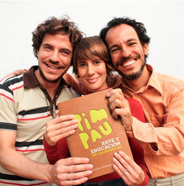 Los tres integrantes del proyecto Pim Pau sostienen el libro presentado.