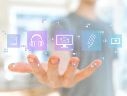 Sobre la mano abierta de una persona joven flotan varios íconos: un celular, unos auriculares, un monitor, un lápiz y un video.